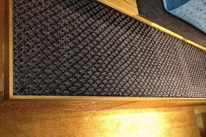 acrylicone-kolumny-loewe-stores-detal