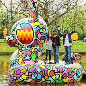 Acrylicone-Rzezba-plywajaca-sztuka-bunny-Rotterdam
